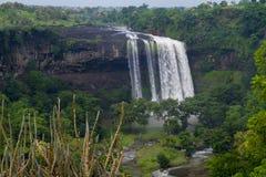 Водопад в центральном индейце в муссоне стоковое фото