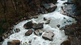 Водопад в cliffy горах абхазии стоковое изображение rf