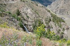 Водопад горы в сценарном каньоне пустыни грязной Рекы Fraser летом стоковые изображения rf