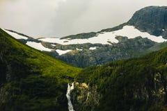 Водопад горы ландшафта Скандинавии Норвегии Стоковое Изображение RF