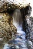 Водопад долгой выдержки небольшой до утесы Калифорния стоковое фото rf