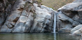 Водопад и естественный бассейн на Sol Del Mayo Cascada на полуострове Нижней Калифорнии в Мексике стоковые изображения rf