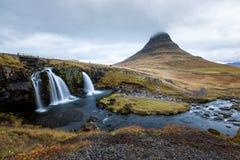 Водопад и красивый вид на горе kirkjufell в Исландии Европе стоковая фотография