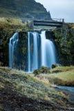Водопад и красивый вид на горе kirkjufell в Исландии Европе стоковая фотография rf