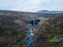 Водопад и Sjonarnipa Svartifoss на национальном парке Skaftafell в южной Исландии южной Исландии стоковая фотография rf