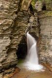 Водопад каскадируя над ущельем Глен в Watkins Глен стоковые фото
