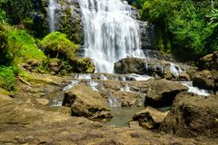 Водопад, ландшафт сельской местности в деревне в Cianjur, Ява, Индонезии Стоковые Изображения RF