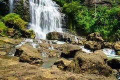 Водопад, ландшафт сельской местности в деревне в Cianjur, Ява, Индонезии Стоковые Изображения