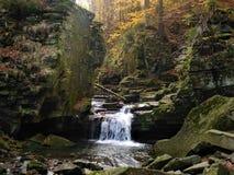 Водопад между утесом с много камней и некоторыми treees Стоковые Фотографии RF