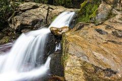 Водопад на горе с долгой выдержкой Стоковое Фото