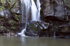 Водопад на горе с долгой выдержкой Стоковая Фотография