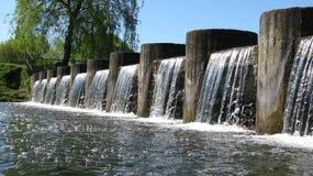 Водопад на канале города стоковые изображения rf