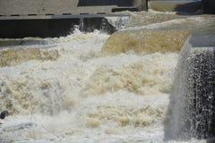 Водопад на структуре NIA-запруды расположенной на Lapulabao, Hagonoy, Davao del Sur Стоковое Фото