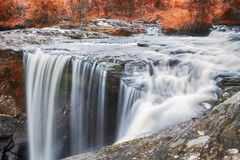 Водопад осени в глубоком лесе стоковое фото rf