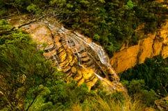 Водопад от верхней скалы горы стоковые фотографии rf
