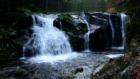 Водопад от реки Эльбы в гигантских горах в Богемии акции видеоматериалы