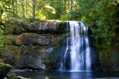 водопад падений серебряный стоковые изображения rf