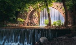 Водопад старого моста стоковые фотографии rf