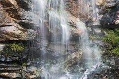 Водопад с горами в стране Шри-Ланка Стоковая Фотография RF