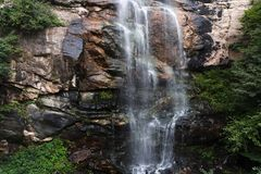 Водопад с горами в стране Шри-Ланка Стоковое Изображение RF