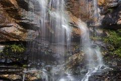 Водопад с горами в стране Шри-Ланка Стоковое Фото