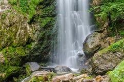 Водопад с утесами и мхом стоковое фото rf