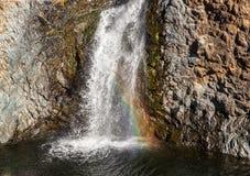 Водопад уловленный на естественной скорости с радугой стоковые изображения rf