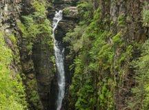 Водопад ущелья между зелеными наклонами, Шотландии Corrieshalloch Стоковые Фото