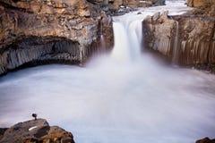 Водопад Aldeyjarfoss на заходе солнца - взглядах вокруг Исландии, Северн Северного в зиме со снегом и льдом стоковые фото