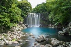 Водопад Cheonjeyeon на острове Jeju, Южной Корее стоковые изображения