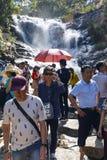 Водопад Datanla посещения туристов в Lat Da, Вьетнаме стоковая фотография rf