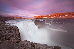 Водопад Dettifoss Исландии в ландшафте природы Исландии Известные достопримечательности и назначение ориентиров в исландской прир стоковое фото rf