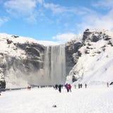 Водопад gafoss ³ Skà в Исландии с туристами стоковые изображения