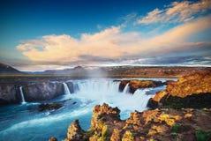 Водопад Godafoss на заходе солнца сказовый ландшафт красивейший кумулюс облаков Исландия Стоковое фото RF