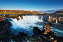 Водопад Godafoss на заходе солнца сказовый ландшафт красивейший кумулюс облаков Исландия Европа Стоковая Фотография