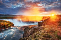 Водопад Godafoss на заходе солнца сказовый ландшафт красивейший кумулюс облаков Исландия Европа Стоковые Фото