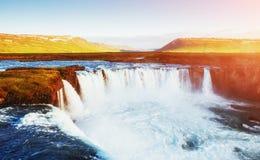 Водопад Godafoss на заходе солнца сказовый ландшафт красивейший кумулюс облаков Исландия Европа Стоковое фото RF