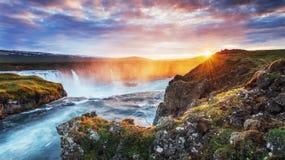 Водопад Godafoss на заходе солнца сказовый ландшафт красивейший кумулюс облаков Стоковые Изображения RF