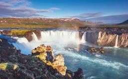 Водопад Godafoss на заходе солнца сказовый ландшафт красивейший кумулюс облаков Стоковые Фотографии RF