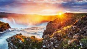 Водопад Godafoss на заходе солнца сказовый ландшафт красивейший кумулюс облаков Стоковая Фотография RF