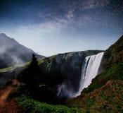 Водопад Hodafoss очень красивый исландский Оно расположено в северном близко озере Myvatn и кольцевой дороге сказово стоковая фотография