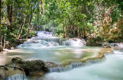 Водопад Huai Mae Khamin: Ярус 1, Kanchanaburi, Таиланд стоковые фотографии rf