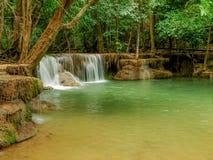 Водопад Huaymaekamin в глубоком лесе Kanchanaburi, Таиланде Стоковые Изображения RF