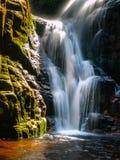 Водопад Kamienczyk около SzklarskaPoreba в гигантских горах или Karkonosze, Польше Выдержка долгого времени Стоковое Фото