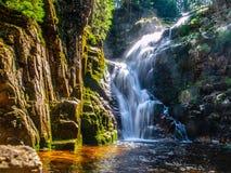Водопад Kamienczyk около SzklarskaPoreba в гигантских горах или Karkonosze, Польше Выдержка долгого времени Стоковые Изображения