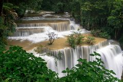 Водопад Mae Huai это красивый водопад в Таиланде Размещенный в Kanchanaburi стоковые фото