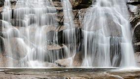 Водопад Mumlava в осени, Harrachov, гигантских горах, национальном парке Krkonose, чехии стоковое фото rf