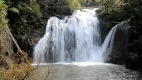 Водопад Namtok Thung Nang Khruan Thung Nang Khruan в глубоком лесе акции видеоматериалы
