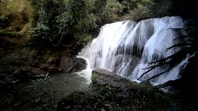Водопад Namtok Thung Nang Khruan Thung Nang Khruan в глубоком лесе видеоматериал