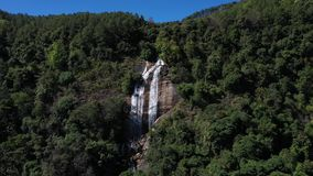 Водопад Siriphum вида с воздуха в Chiangmai, Таиланде сток-видео